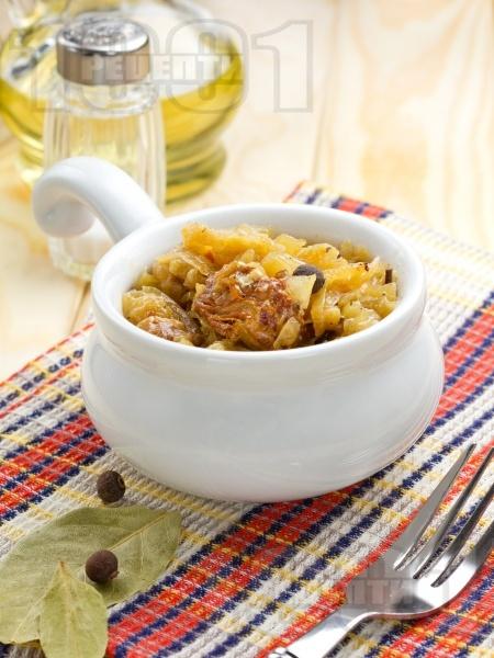 Крехко задушено телешко месо от шол с прясно зеле в тенджера - снимка на рецептата